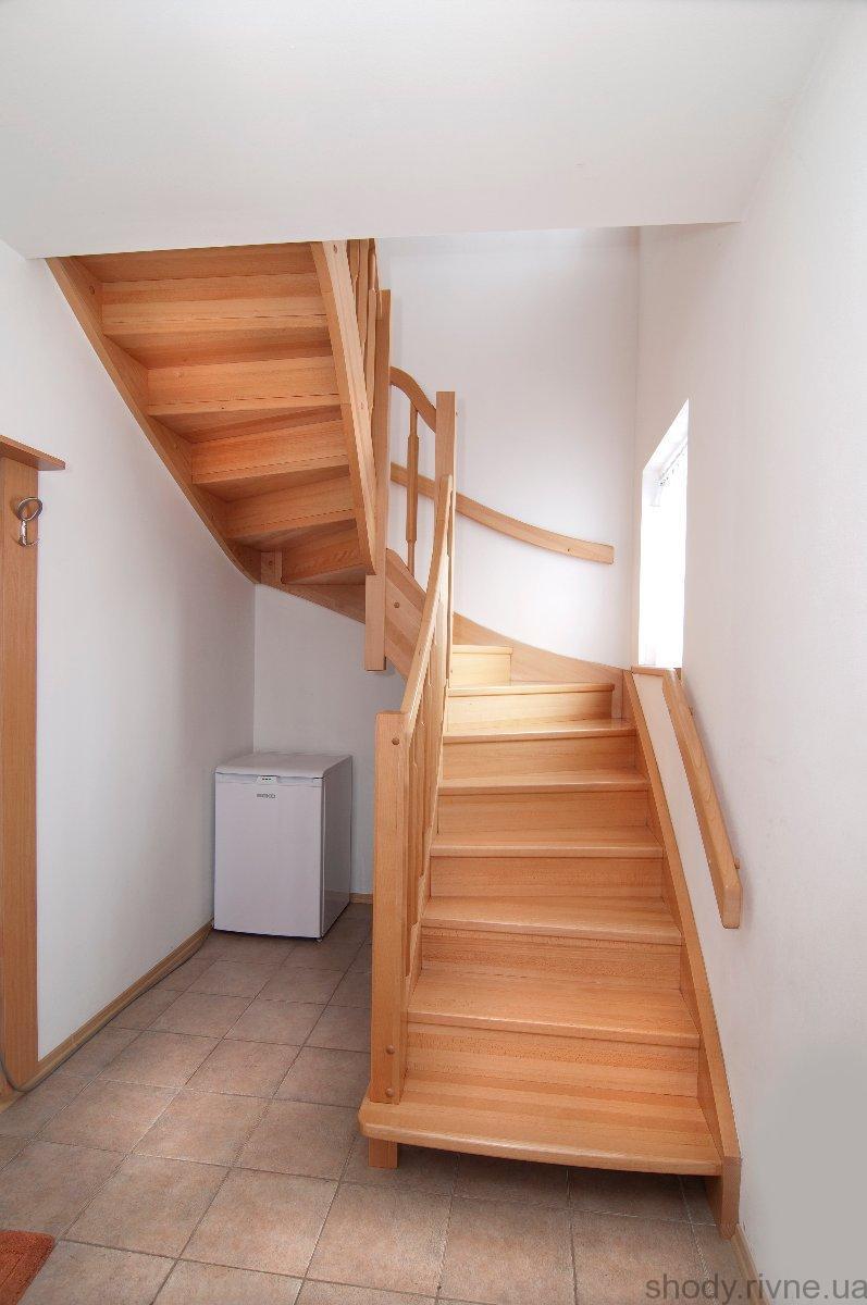 Деревяні сходи з ясена, з поворотом на 180 градусів
