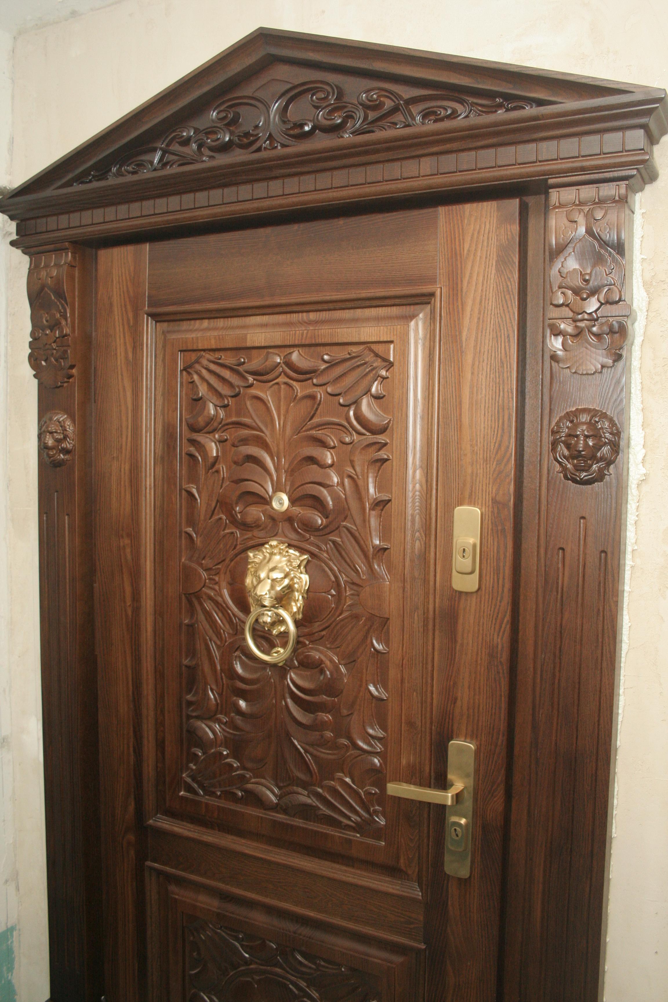 Двері з масиву ясена з різьбою