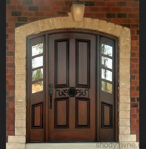 Деревяні двері з різьбою