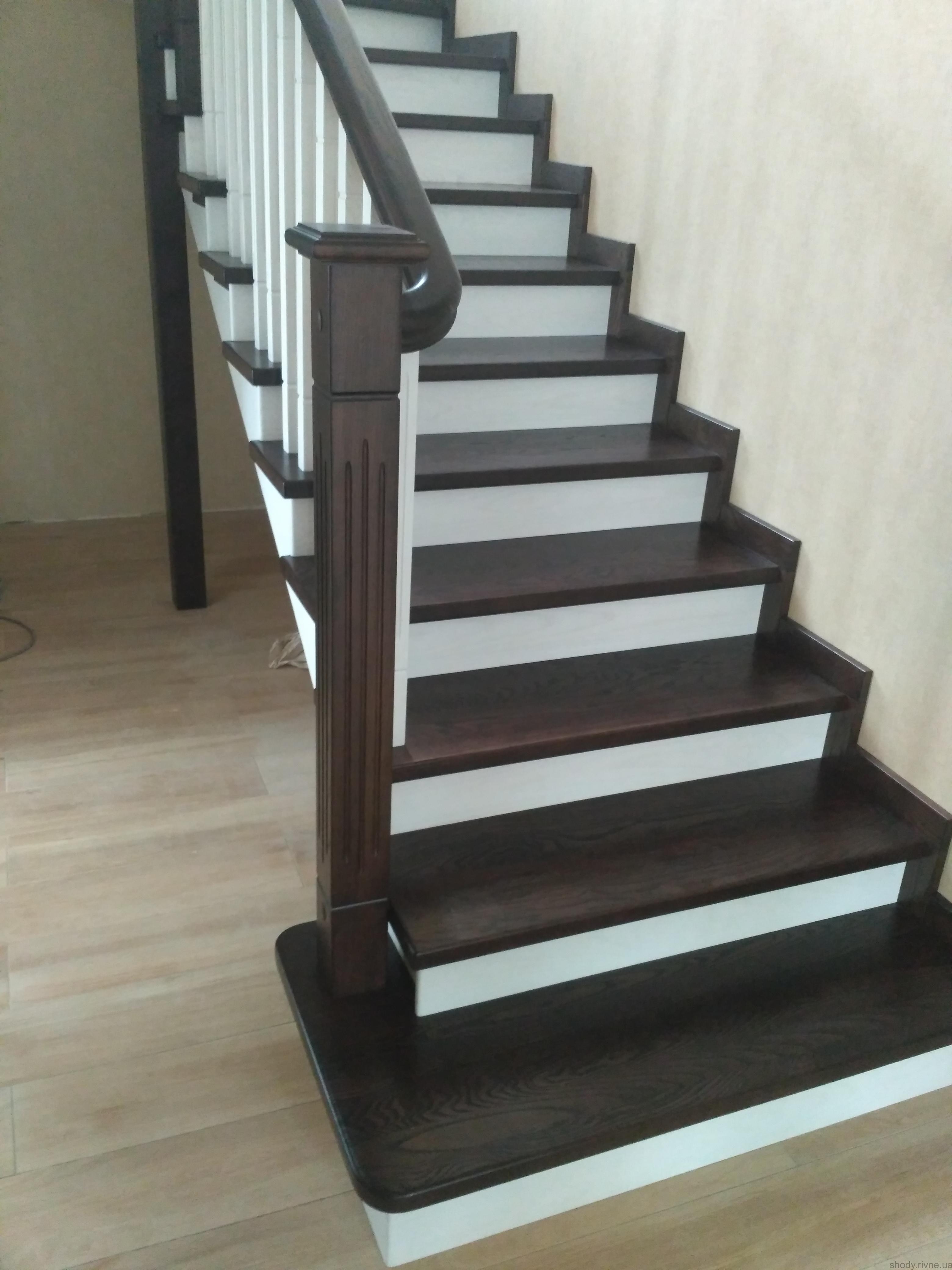Виготовлення деревяних сходів по бетону