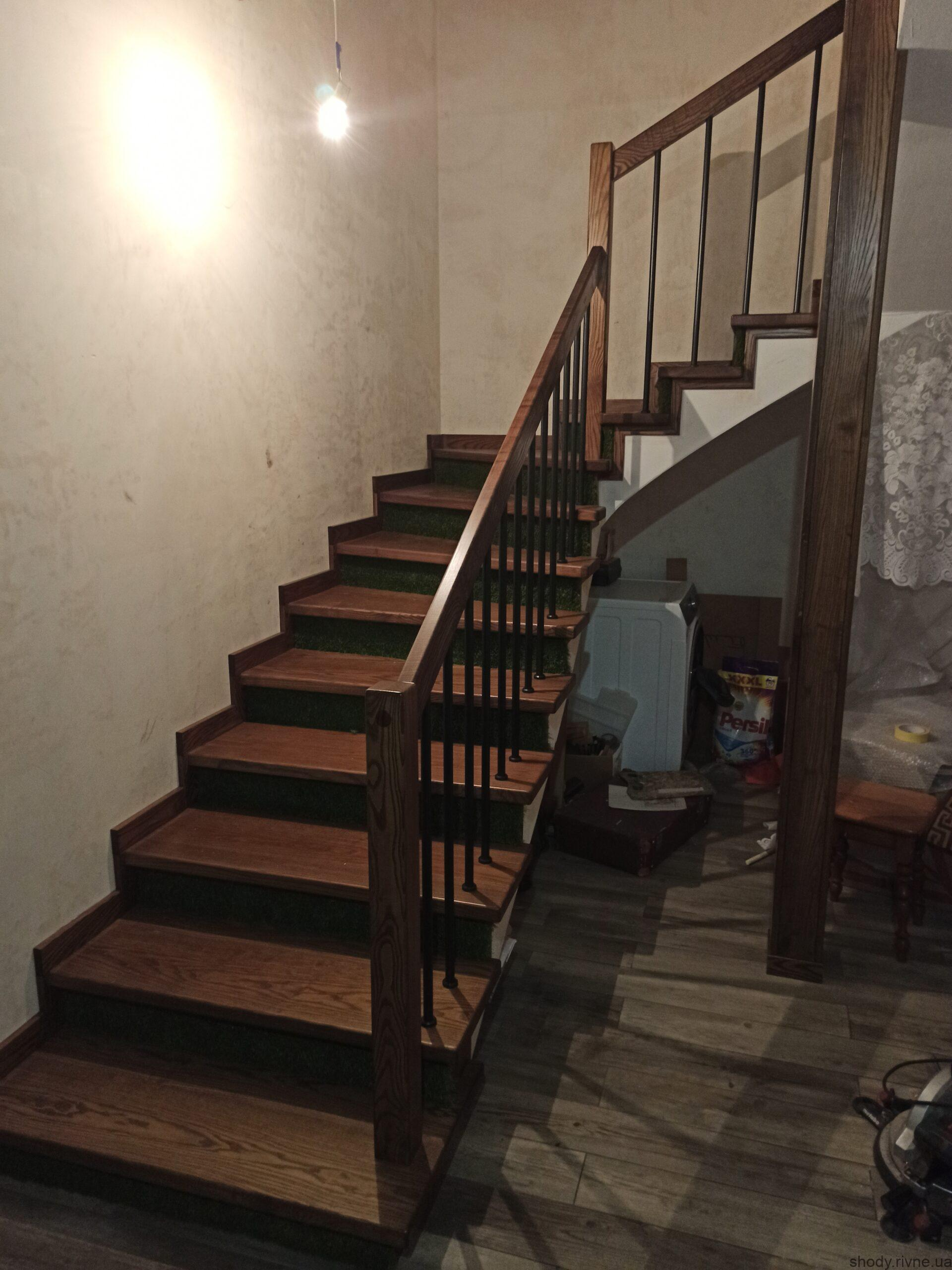 Виготовлення та монтаж сходів з ясена по бетону в Рівному