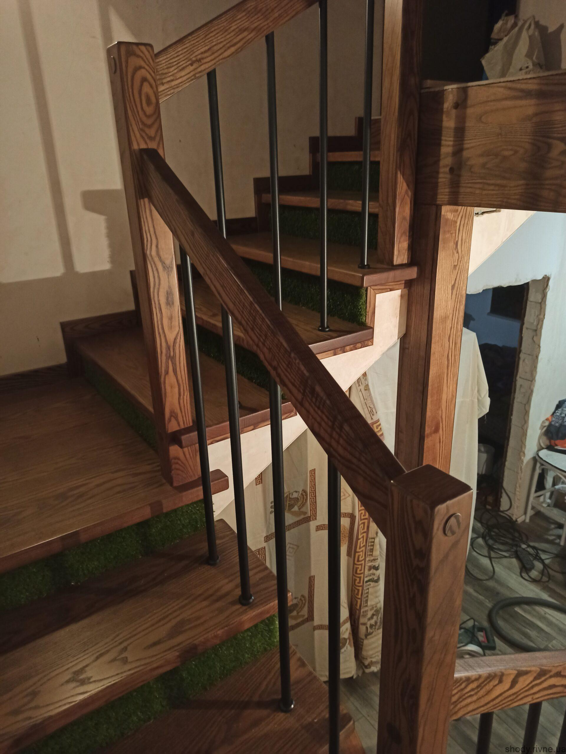 деревяні сходи по бетону