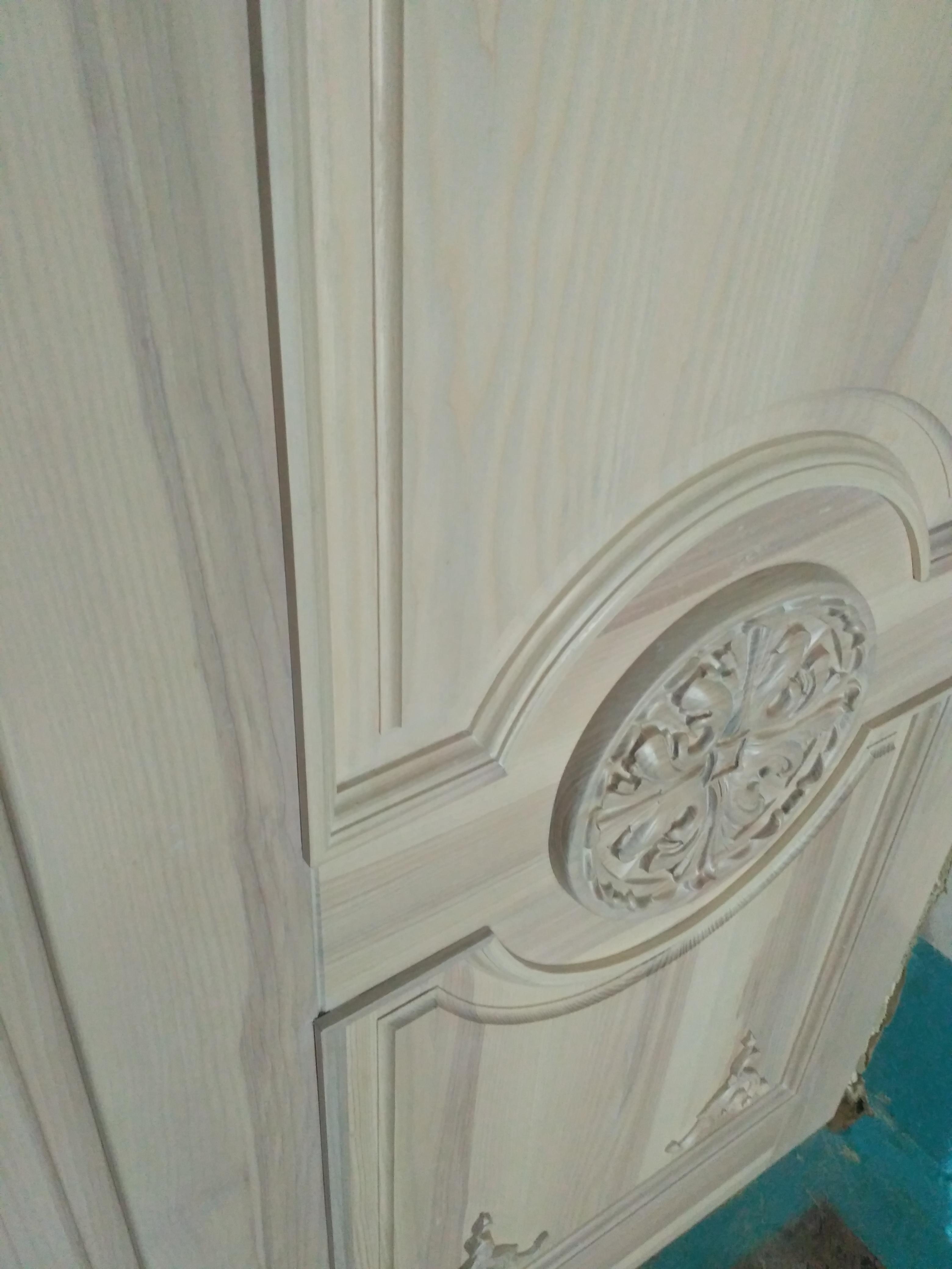 Двері з ясена з різьбою
