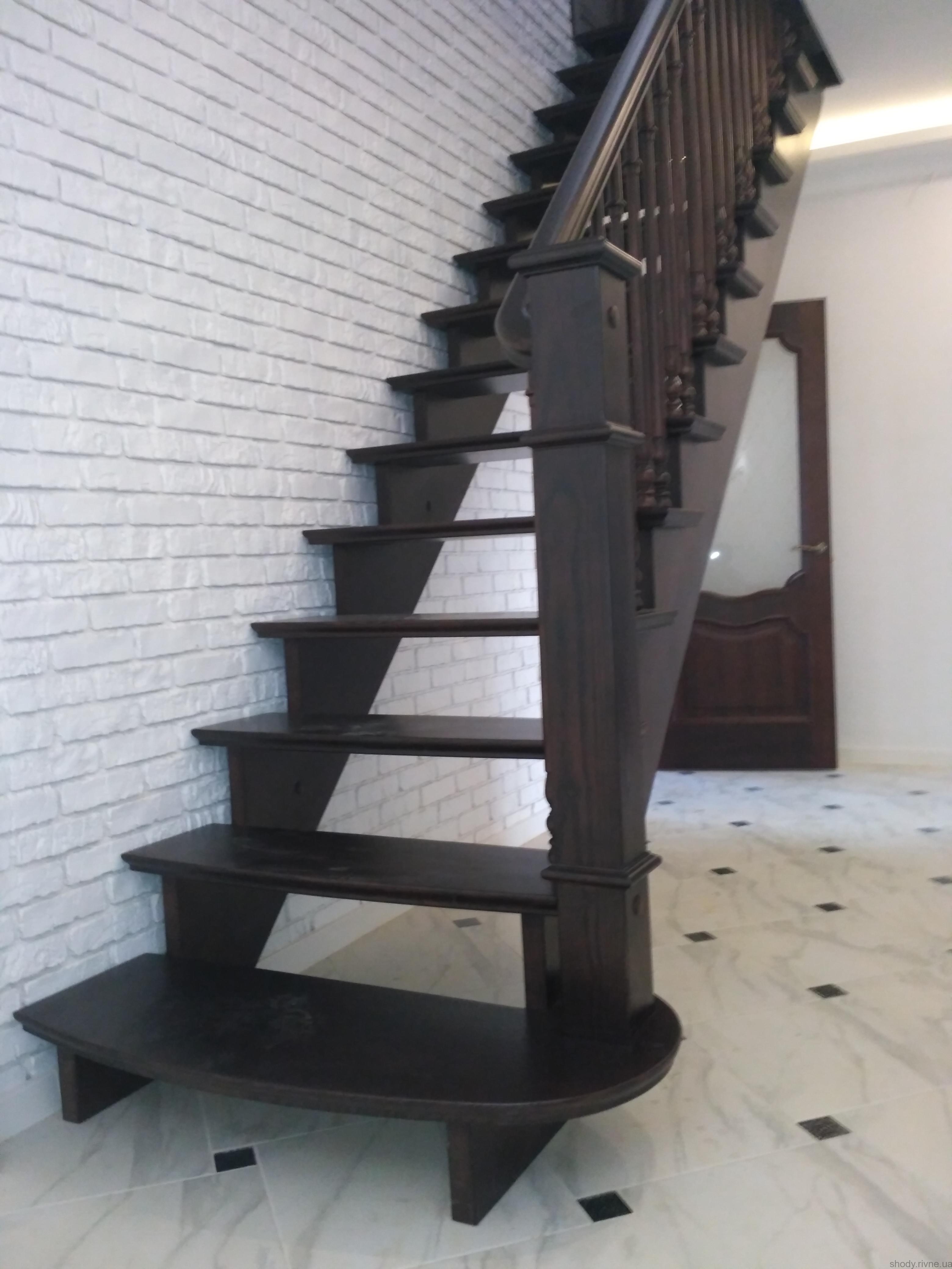 Замовити деревяні сходи в Сарнах