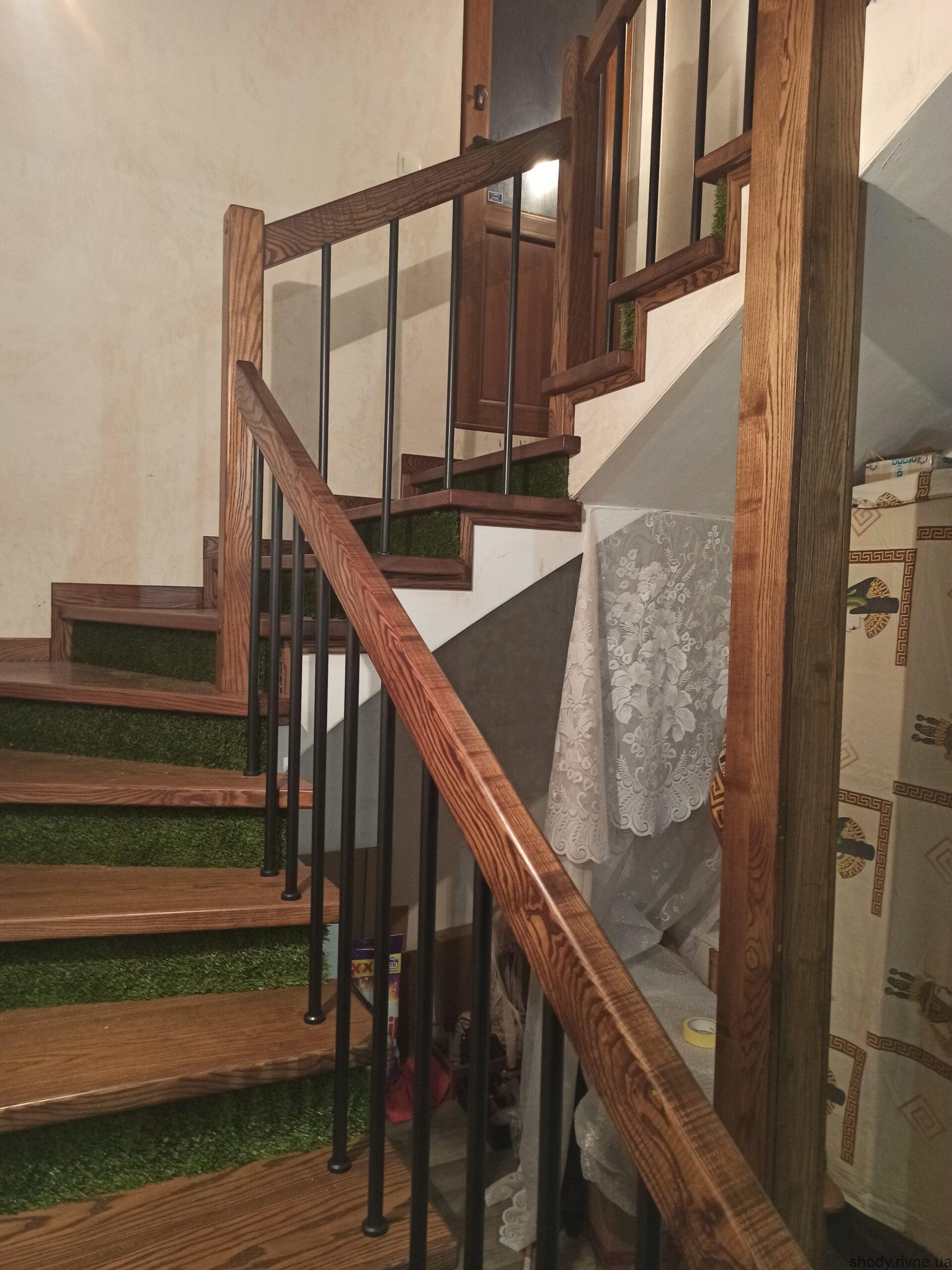 Виготовлення та монтаж сходів з ясена по бетону